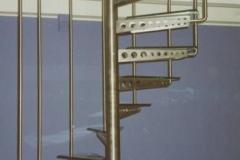 13K - schody krecone z trepami szklanymi